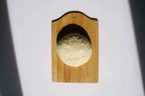 """7. Выложите его в глубокую кастрюлю и уберите в теплое место. Дайте ему """"подойти"""" дважды. Лучший вариант, как приготовить бабушкины шаньги - это замесить тесто рано утром."""