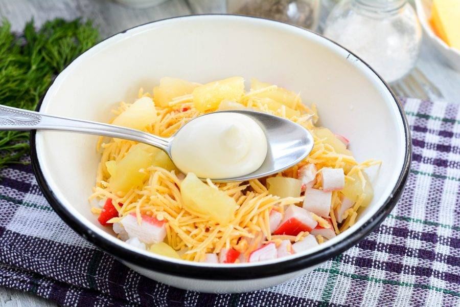 Салат заправьте майонезом, добавьте специи по вкусу, перемешайте.