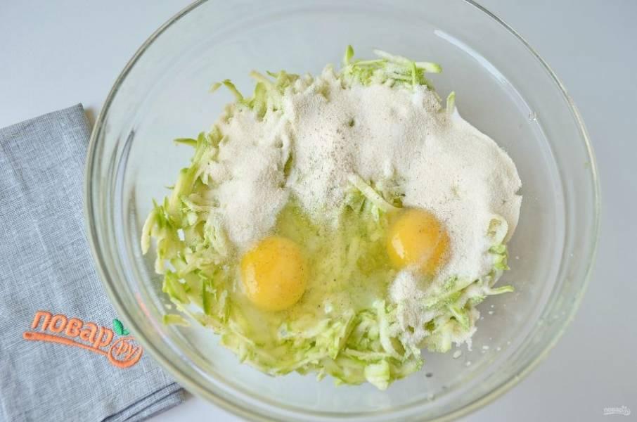 2. Вымойте кабачки, обрежьте хвостики с двух сторон, натрите их на крупной терке. Добавьте яйца, манку, соль, перец, перемешайте.