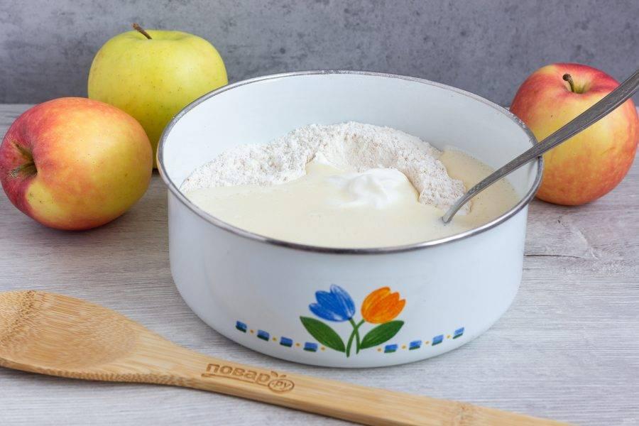 В сухую массу добавьте половину масляной смеси и сметану. Размешайте ложкой.
