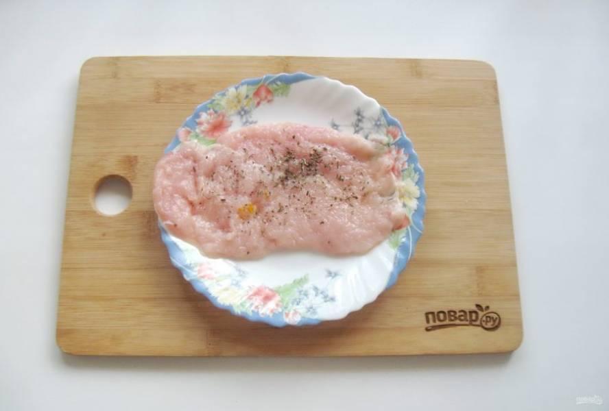 Посолите и поперчите куриное филе. Можно добавить любые специи по вкусу.