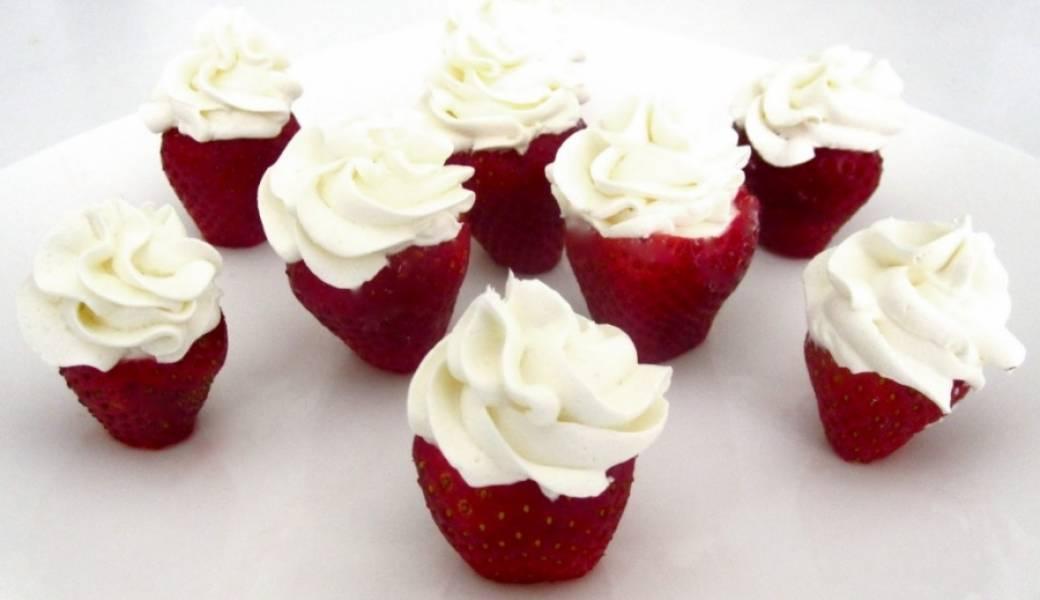 4. А классический десерт со взбитыми сливками - это клубника со сливками. Отлично подойдет такой десерт для романтической трапезы, Дня Валентина и проч.