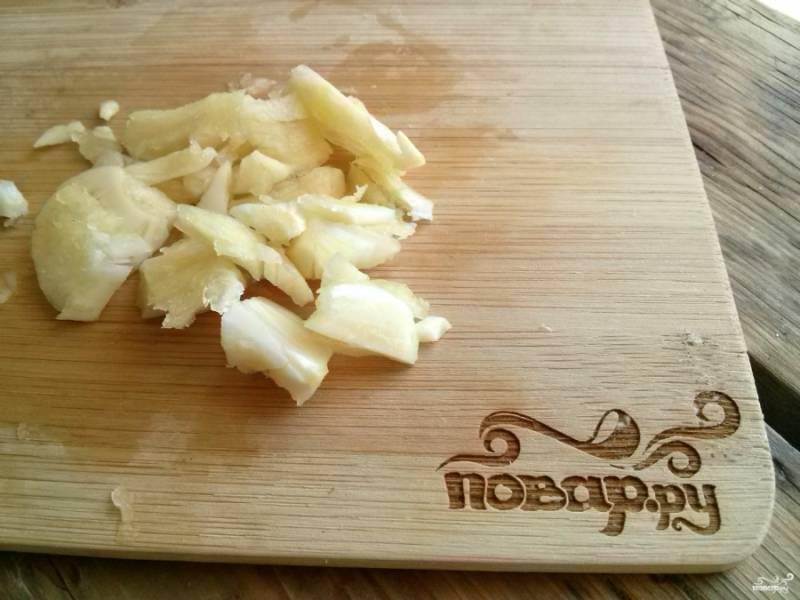 Очистите и раздавите чеснок с помощью ножа.
