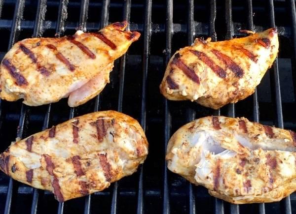 4. Как только курочка пропиталась вкусами и ароматами маринада, выложите ее на гриль и обжарьте до готовности с двух сторон.