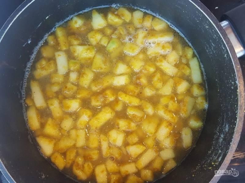 6. После этого влейте 600 мл воды. Доведите её до кипения, а потом варите соус, помешивая, 15 минут на слабом огне.