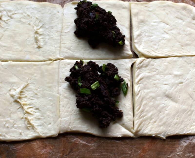 Слоеное тесто – я люблю дрожжевое – разморозьте и нарежьте квадратами.