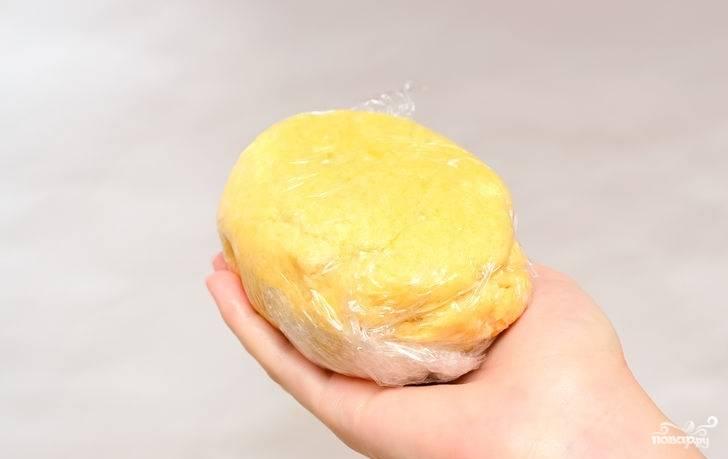 4. Быстро замесите однородное тесто. Заверните в пленку и уберите в холодильник на полчасика-часик.