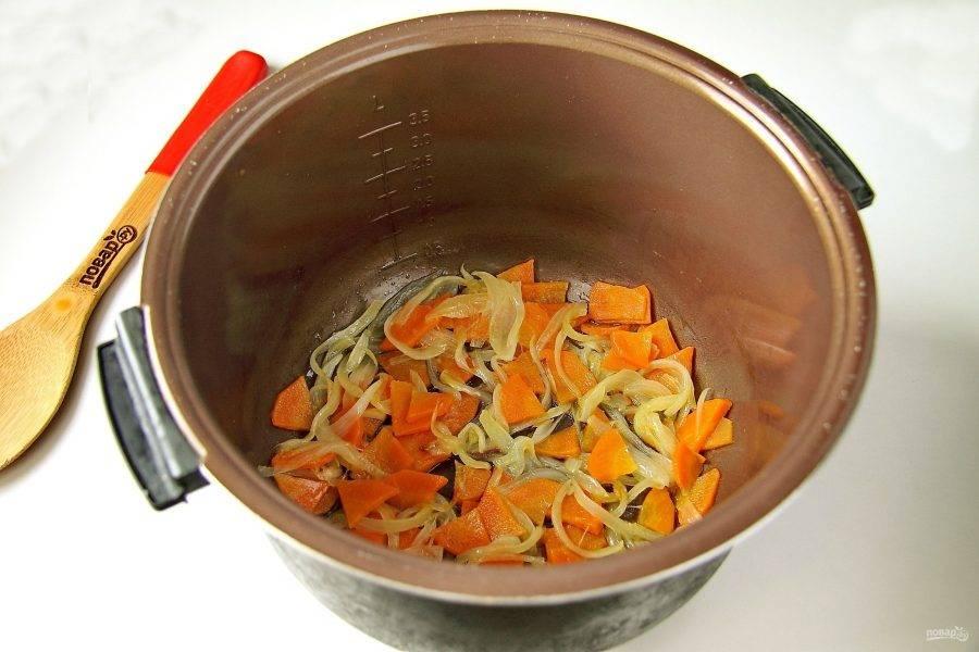 """Лук и морковь нарежьте и обжарьте в мультиварке на режиме """"жарка"""" до мягкости. Нарезка овощей может быть любая, режьте так, как вам больше нравится."""