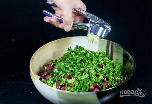 6. Пропустите через пресс чеснок. Добавьте соль и перец по вкусу.