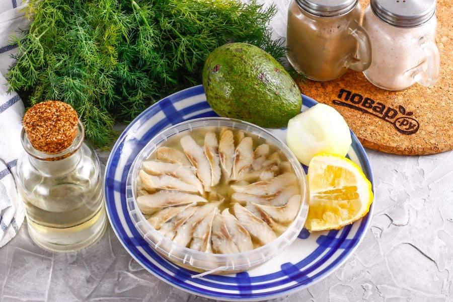 Подготовьте указанные ингредиенты. Можно использовать слабосоленое филе сельди или пресервы.