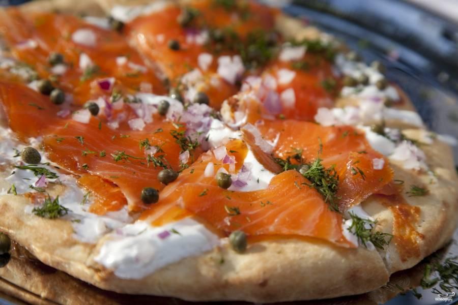 Пицца с семгой и сыром