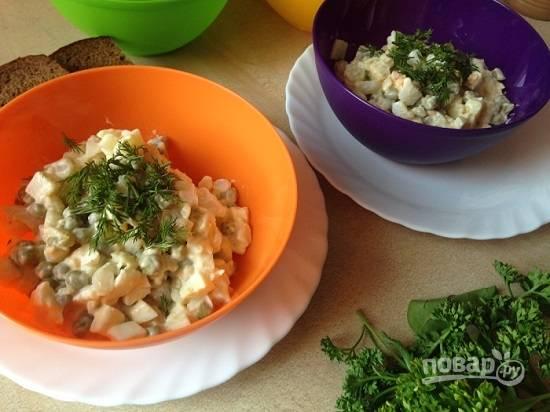 Раскладываем каждому едоку порцию салата. Приятного аппетита:)