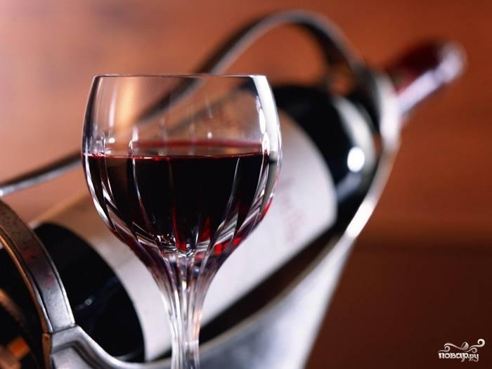 Готовое вино снять с осадка, разлить по небольшим бутылям, плотно закупорить и хранить в погребе.