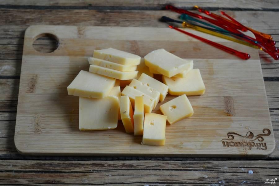 Сыр порежьте небольшими кубиками, примерно 2 на 2 см.