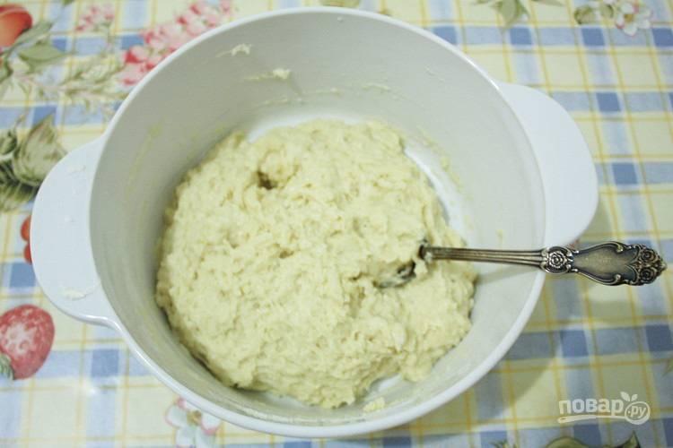 Начните замешивать липкое тесто ложкой.