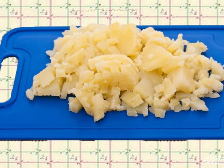 10.Картофель нарезаем кубиками.