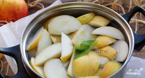 Когда вода закипит, бросьте в нее нарезанные дольками свежие яблоки. Как только компот снова закипит, уменьшите огонь до минимума. Добавьте сахар. Если вы используете яблоки кислых сортов, то можете добавить больше сахара. Накройте компот крышкой, варите его пятнадцать минут.