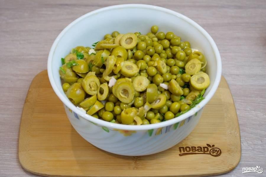 Маслины или оливки нарежьте колечками и добавьте в салат. Я покупаю всегда зеленые. Мне они вкуснее и там точно нет красящих веществ. Настоящие маслины дорогие.