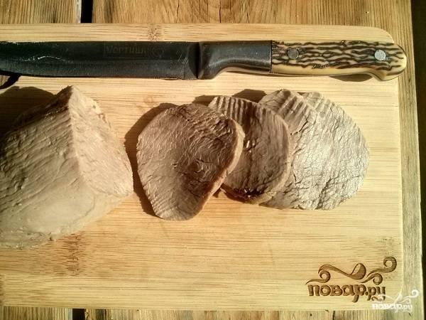 Нарежьте остывшее мясо на тонкие ломтики.