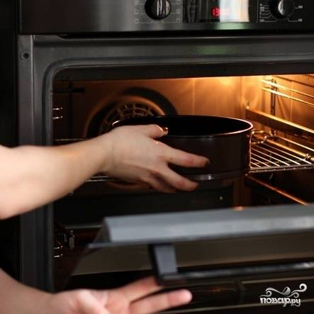 Запекаем тесто 10 минут при температуре в 200 градусов. Затем достаем и остужаем.