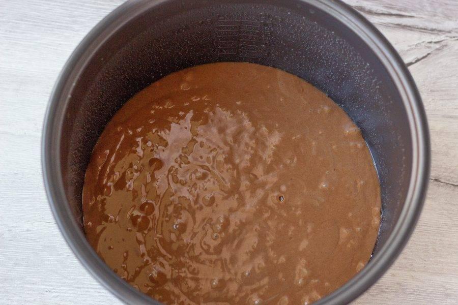 Чашу мультиварки (или форму для выпечки 22-24 см.) смажьте растительным маслом и вылейте тесто. В мультиварке . выпекать 50-65 минут, на режиме «Выпечка». В духовке: 45-50 минут при температуре 180 градусов до сухой шпажки. Первые 20 минут не рекомендуется открывать духовку или крышку мультиварки.