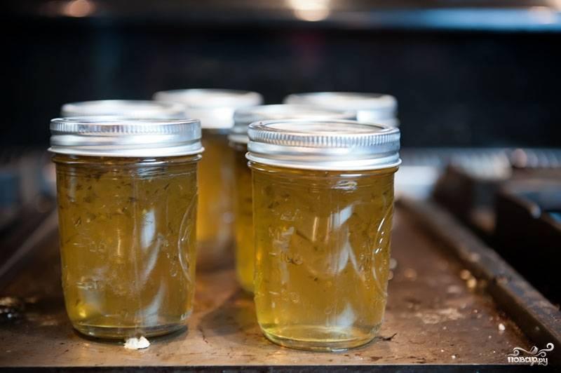 8. Готовое простерилизованное желе должно  остывать при комнатной температуре. Остывшее желе из перцев храните в темном прохладном месте.