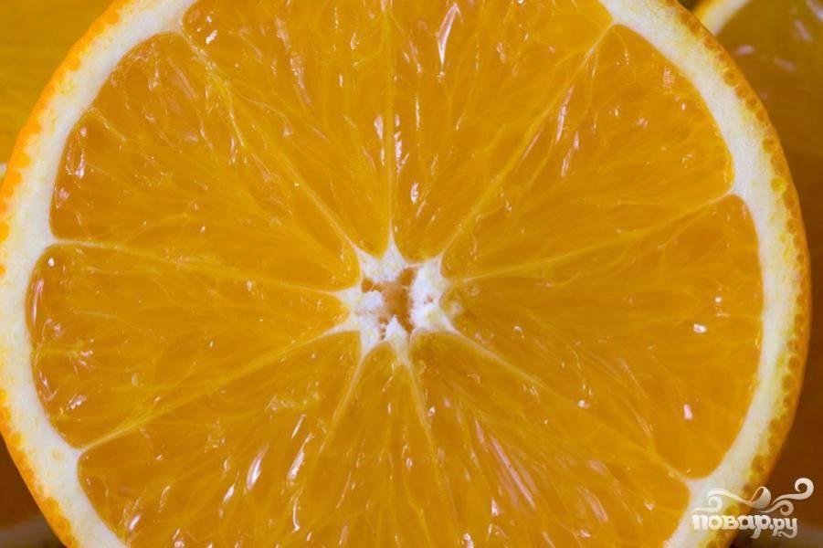 2. Апельсины аккуратно порезать тонкими кольцами через весь плод.