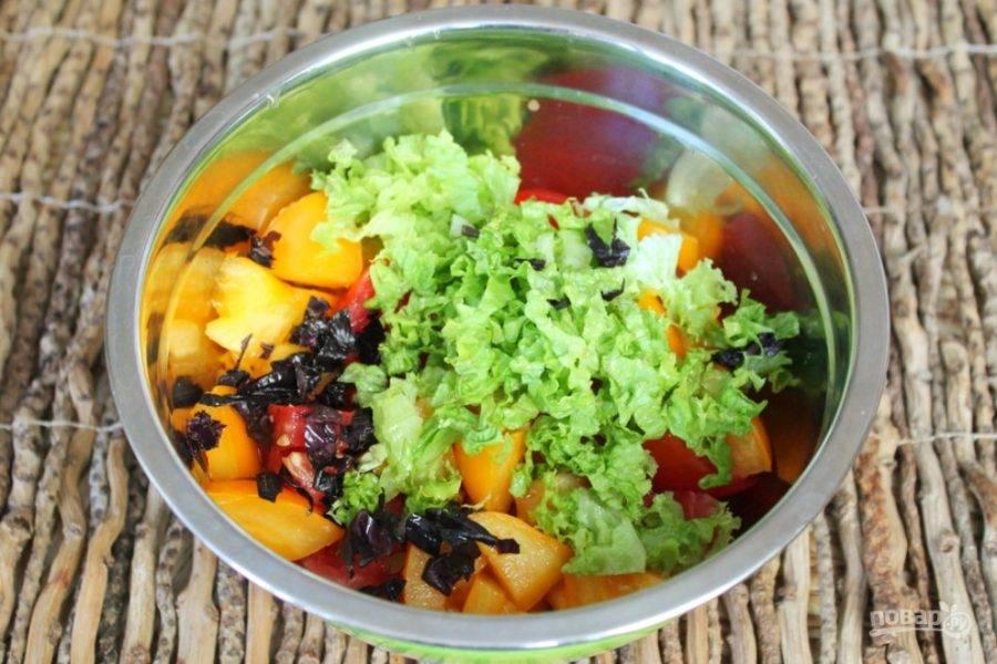 Добавляем нарезанную зелень. У меня листья салата и черный базилик. Можно добавить зеленый базилик, петрушку или шпинат.