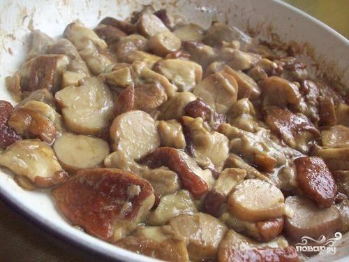 Добавляем нарезанные грибы. Пусть отдадут влаге и минут десять покипят с овощами.