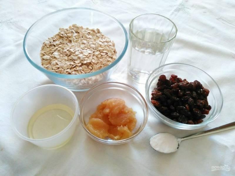 Подготовьте небольшой набор продуктов для приготовления заварного овсяного печенья. Вместо изюма по желанию можно использовать курагу, чернослив или любые орехи.