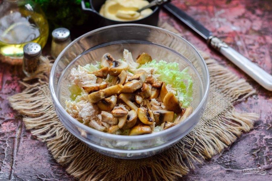 Тем временем обжарьте грибы на сковороде, добавьте шампиньоны к курице.