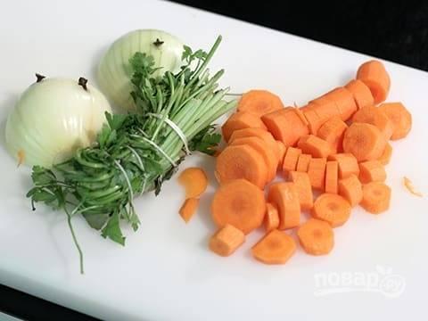 Одну морковку и лук почистите и порежьте, зелень помойте.