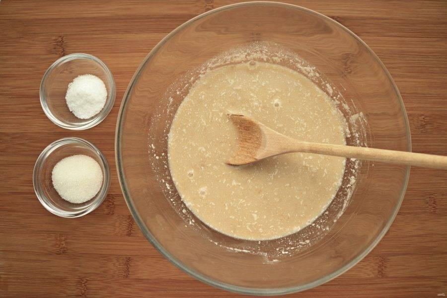 Возьмите подготовленный стартер, добавьте 150 мл теплой воды, соль и сахар. Размешайте до растворения соли и сахара.