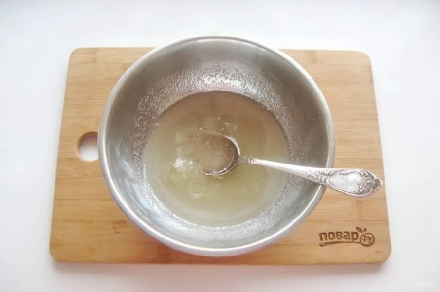 Хорошо перемешайте сахарный сироп с желатином.