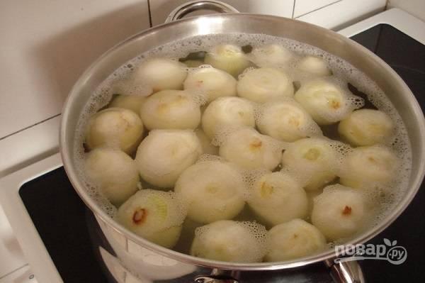 3. Очистите лук, выложите в кастрюлю с кипящей водой на 1-2 минуты. После сразу же достаньте шумовкой.