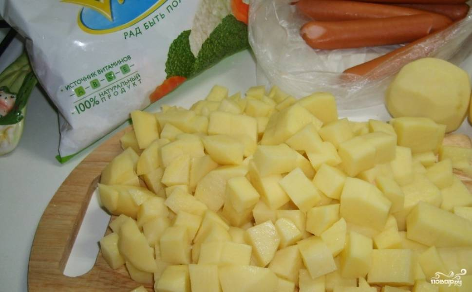 1. Сосиски режем кружочками, картошку - кубиками, лук, морковку и другие овощи - произвольно, но не слишком крупно.