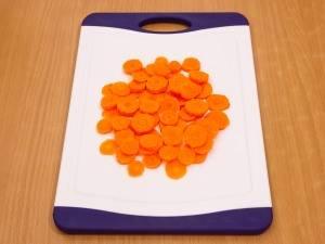 Морковь режем кружочками.