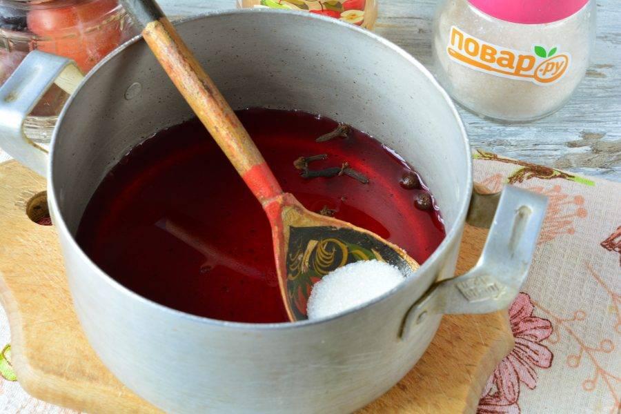 Слейте жидкость со слив в кастрюлю, всыпьте сахар, влейте яблочный уксус и закипятите сироп.
