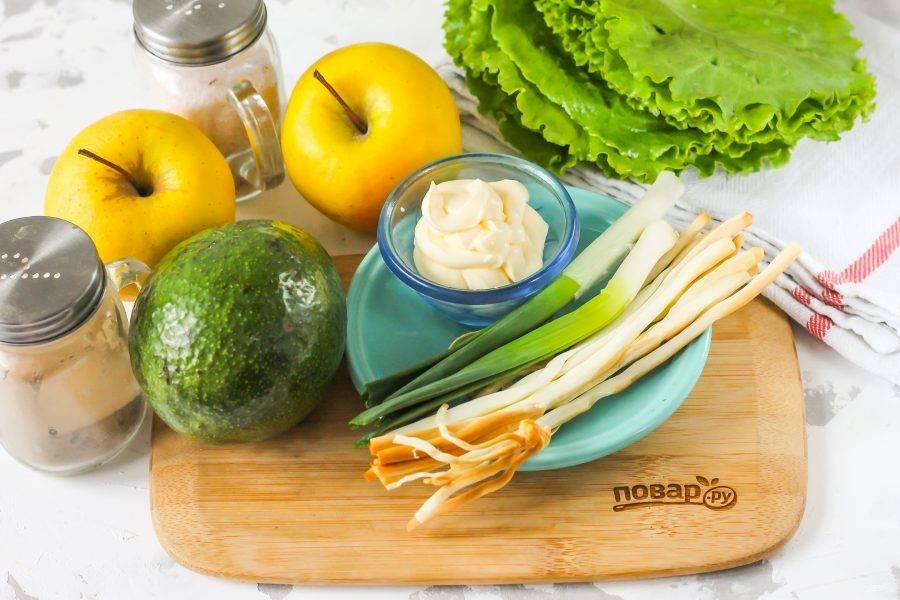 Подготовьте указанные ингредиенты. Если вы не любите яблоко в салатах, то замените его отварными куриными яйцами.