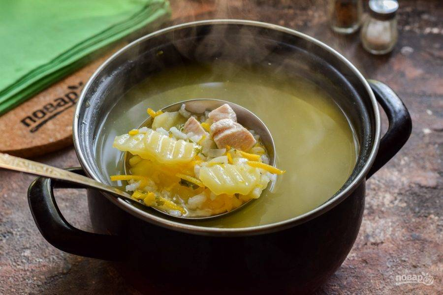 Куриный суп с базиликом готов.