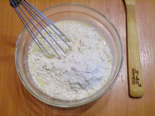 Насыпьте муку, соду, ванильный сахар или ванилин.