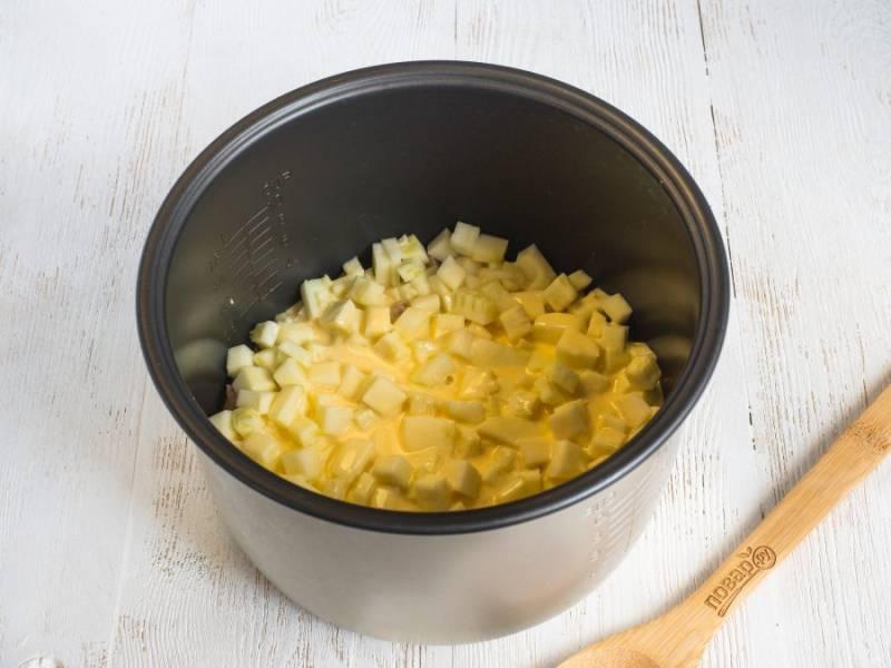 Яйца взбейте вилкой со сметаной, посолите по вкусу и залейте всё полученной массой.