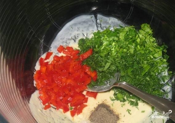 Зелень вымойте, просушите и нарубите как можно мельче при помощи острого ножа. Перец промойте, очистите от семян и нарежьте на очень маленькие квадратики. Добавьте перец и зелень к горчице и йогурту. Туда же бросьте специи и соль.