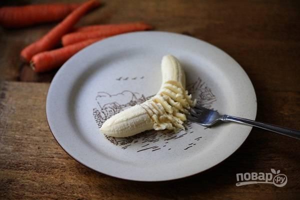 3. Банан очистите и разомните вилкой. Натрите на терке морковь и яблоко.