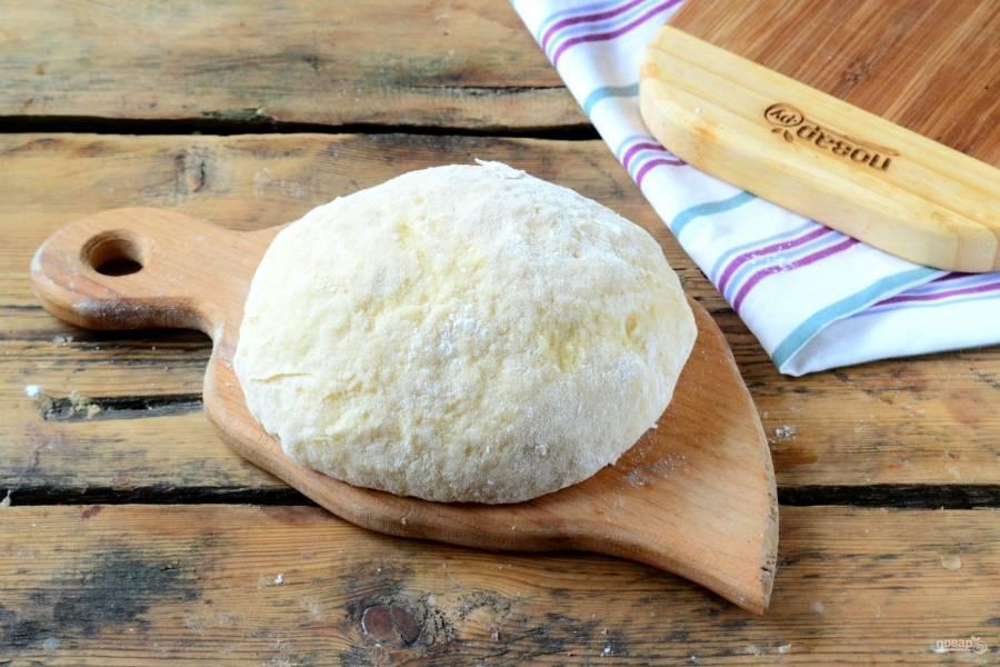 Сначала замесите тесто без масла, а затем понемногу подмешивайте сливочное масло. Месите тесто вместе с маслом около 5-7 минут.