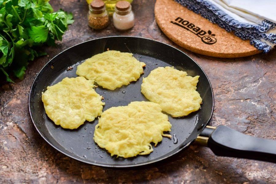 Перемешайте все ингредиенты и прогрейте сковороду. Выкладывайте массу из картофеля столовой ложкой. Жарьте драники с каждой стороны по 1-2 минуте.