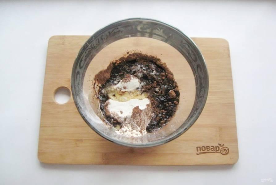 Растопите сливочное масло и добавьте в миску с мукой и какао.