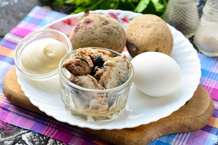 Подготовьте ингредиенты для приготовления салата из свеклы с рыбными консервами.
