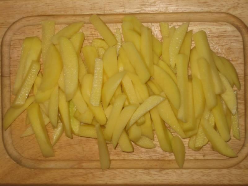 4. Тем временем подготовьте картофель. Лучше его резать брусочками - так он быстро не разварится в процессе приготовления рагу.