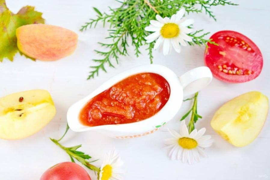 Разлейте кетчуп по стерилизованным банкам, закатайте чистыми крышками. Выход готового продукта - 2 л.